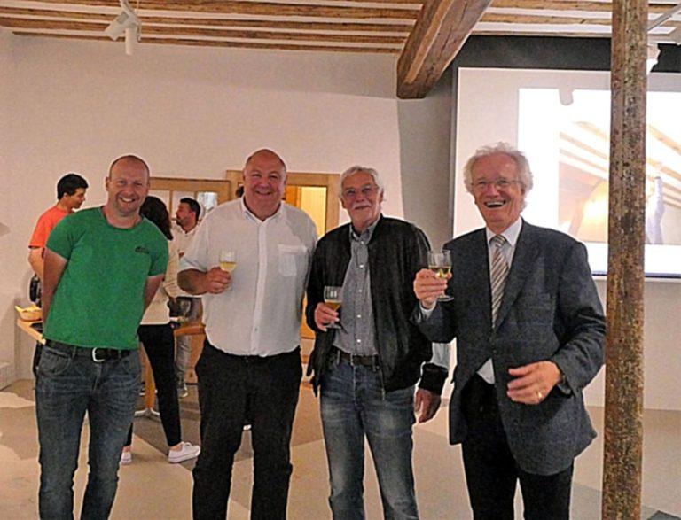Le verre de l'amitié avec à droite Jean Menthonnex, Président de la FAA