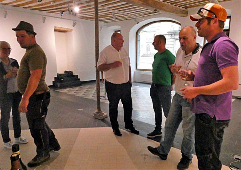 Les discussions vont bon train, avec au centre Bernard Mottiez, copropriétaire de l'immeuble